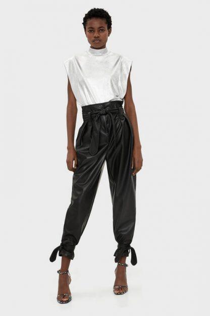 Pantaloni din imitație de piele cu curea Bershka